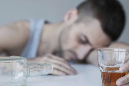 После кодирования от алкоголизма начал пить